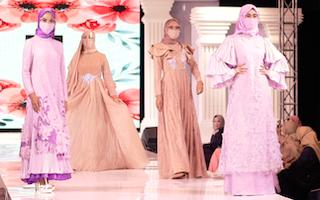Sedang Tidak Fit, Leny Rafael Tetap Komit Tampilkan Koleksi Barunya di Indonesia Hijab Walk