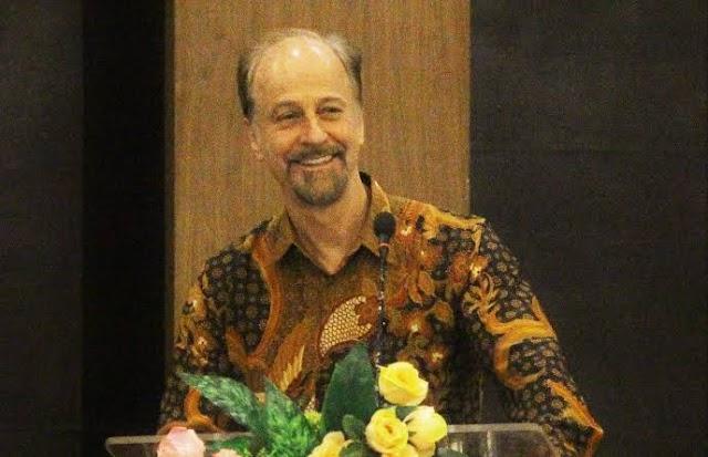 TIGA TANTANGAN ZAMAN MODERN OLEH Prof. Dr. ROBERT W. HEFNER