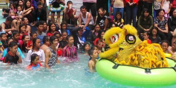 image barongsai hibur wisatawan di kolam renag wanana dragon slide ocean water adventur taman impian jaya ancol jakarta