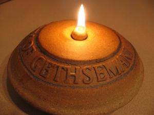 SEBUAH LAMPU ABADI MENYALA 1500 TAHUN DIATAS MAYAT