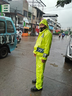 Tak Peduli Hujan, Unit lantas Polsek Ujung tetap Berikan Pelayanan Masyarakat di Jalan Raya