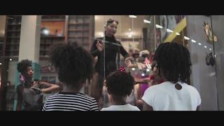"""Falando sobre a falta de representatividade, Larissa Luz lançou o clipe """"Bonecas Pretas"""""""