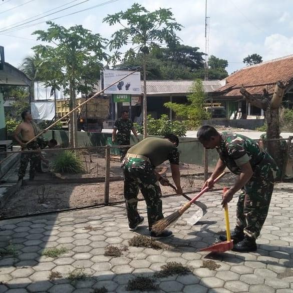 Peduli Hidup Bersih Babinsa Koramil12 Manisrenggo Pembersihan Pangkalan