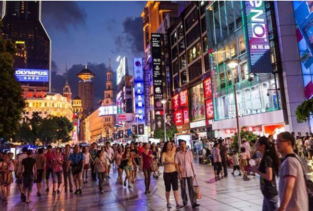 Giới trung lưu Trung Quốc hiện đang cắt giảm mọi chi tiêu do giá cả leo thang