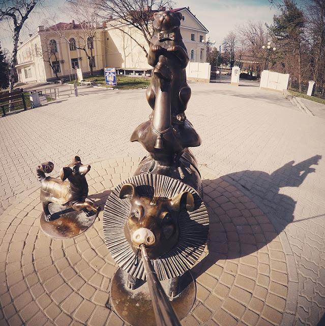 "Monument to the characters of Chekhov's story ""Kashtanka""."