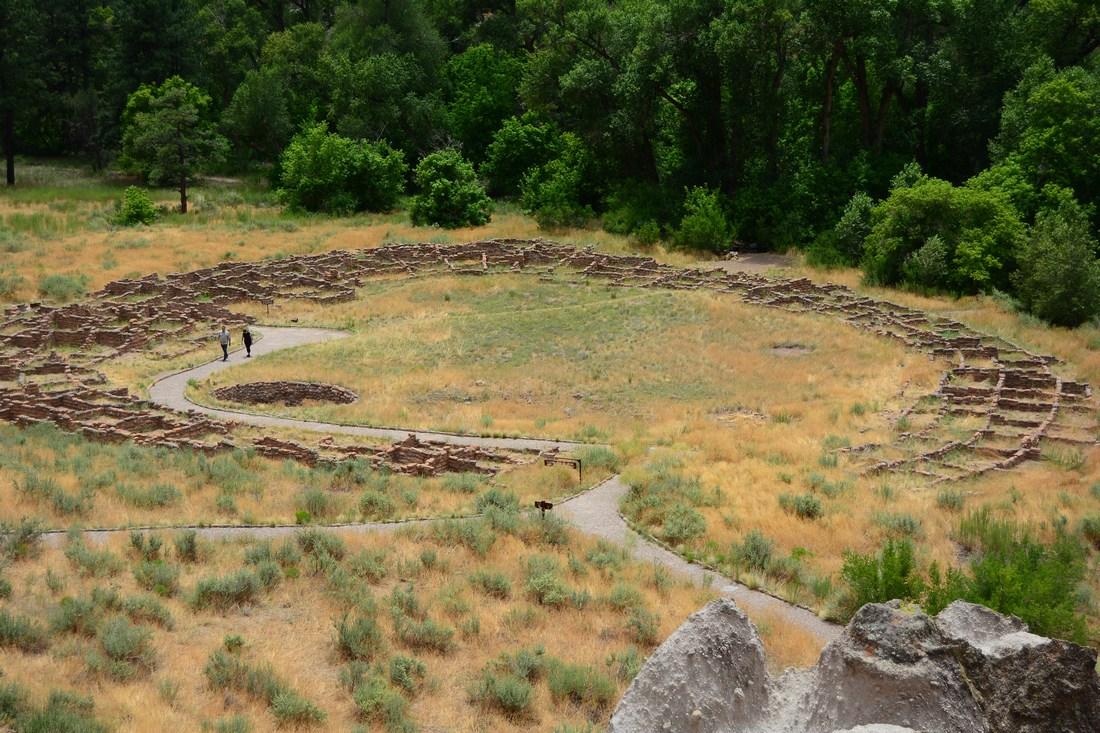 Vue d'ensemble du Pueblo circulaire, ou Tyuonyi.