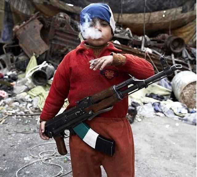 طفل سوري عمره 7 سنوات، يحمل سلاحاً ليقاتل مع الثوار!
