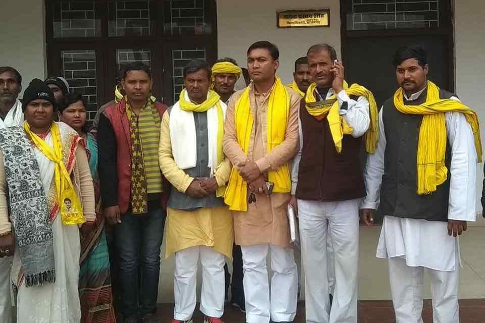 Azamgarh%2B2 हरदोई कलेक्ट्रेट में सुभासपा कार्यकर्ताओं ने धरना प्रदर्शन कर आन्दोलन की चेतावनी दी