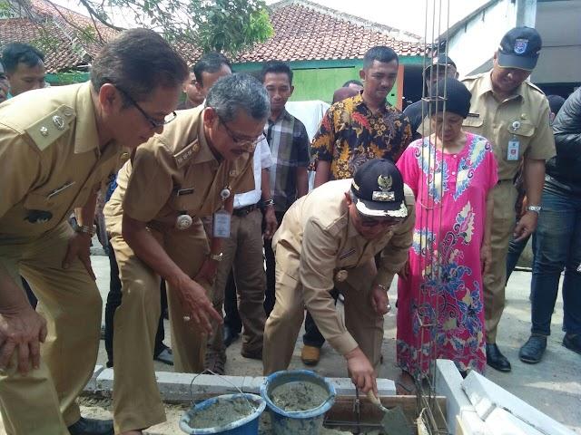 Walikota Bersama Warga Perbaiki Rumah Marsanih