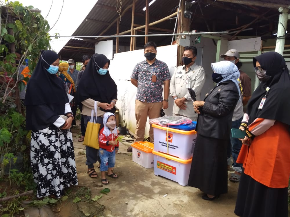 BPBD Kota Tanjungpinang Berikan Bantuan Kepada Korban Yang Rumahnya Terbakar Disambar Petir
