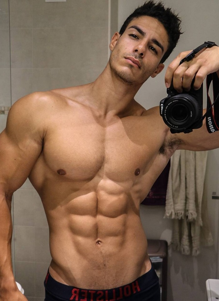 handsome-beefy-muscle-man-sixpack-abs-muscle-selfie