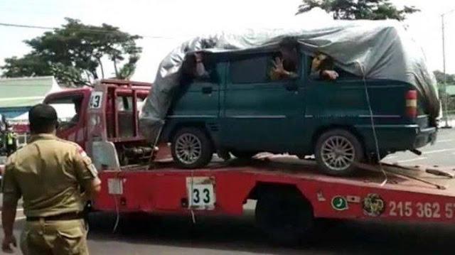 Truk Towing di Semarang Angkut Mobil Ditutupi Terpal, Ternyata Berisi Pemudik