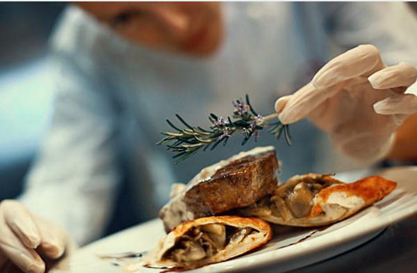 Đầu bếp Âu là gì? - Đầu bếp Âu là đầu bếp chuyên chế biến, sáng tạo các món ăn Âu để phục vụ thực khách
