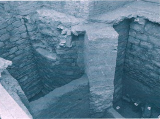 Absidiolo románico semicircular en la base de la ermita actual