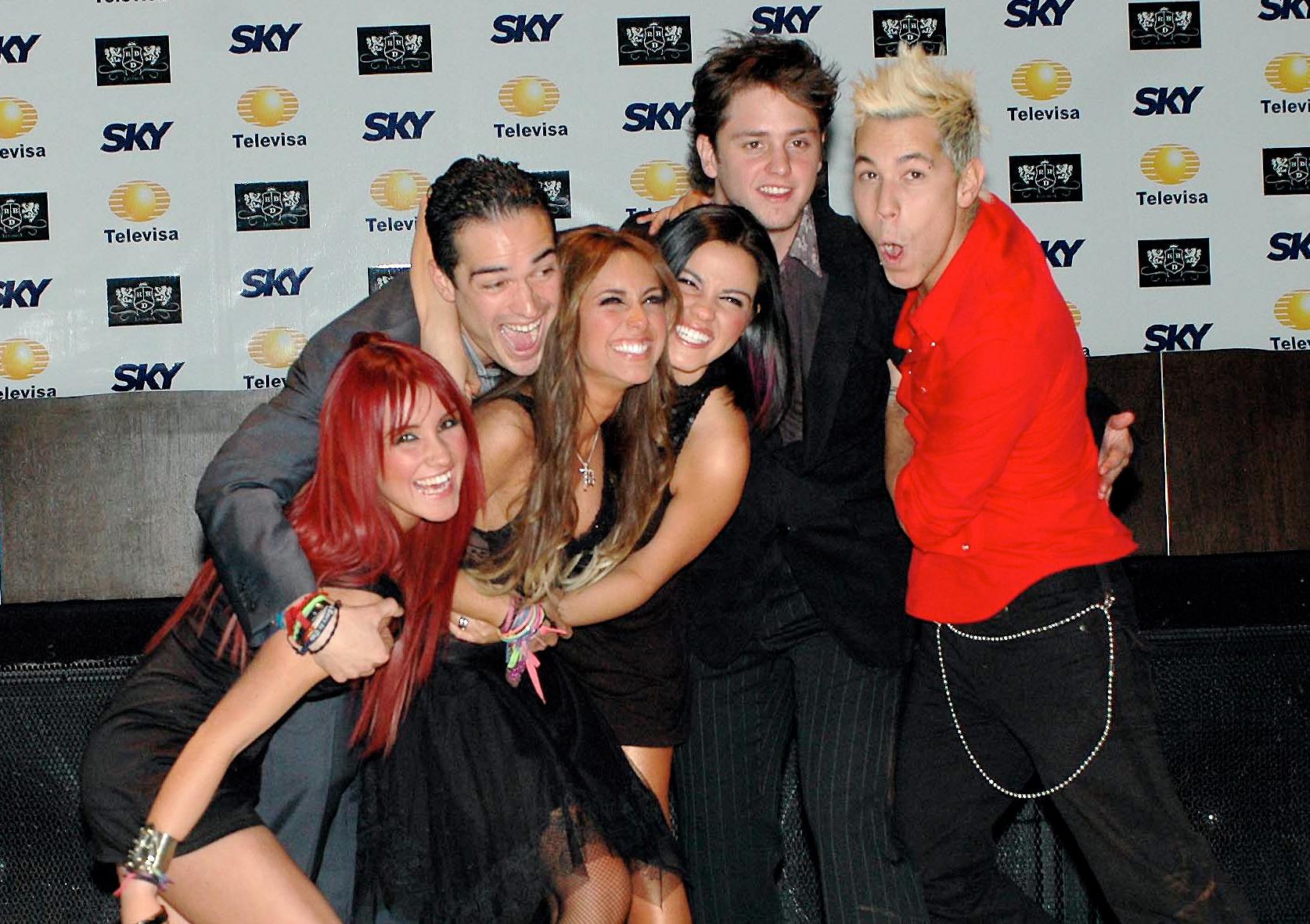 RBDs no lançamento da série La Família em 2007. Da direita para a esquerda: Dulce María, Alfonso Herrera, Anahí, Maitê Perroni, Christopher von Uckermann e Christian Chávez.