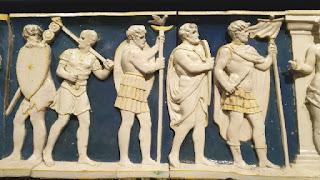 Immagine del fregio del timpano di Villa Ambra