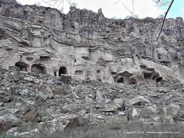 Vista das habitações esculpidas na rocha do Ihlara Valley nos arredores de Goreme, Capadócia