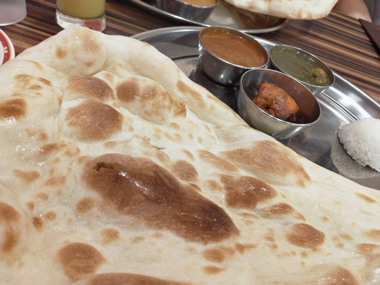 皿からはみ出すレベルの大きなナン@インドダイニング&バー ナン