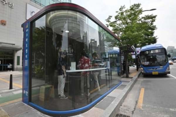 كوريا الجنوبية تبتكر مواقف حافلات لفحص  حرارة و تعقيم المواطنين قبل ركوب الحافلات