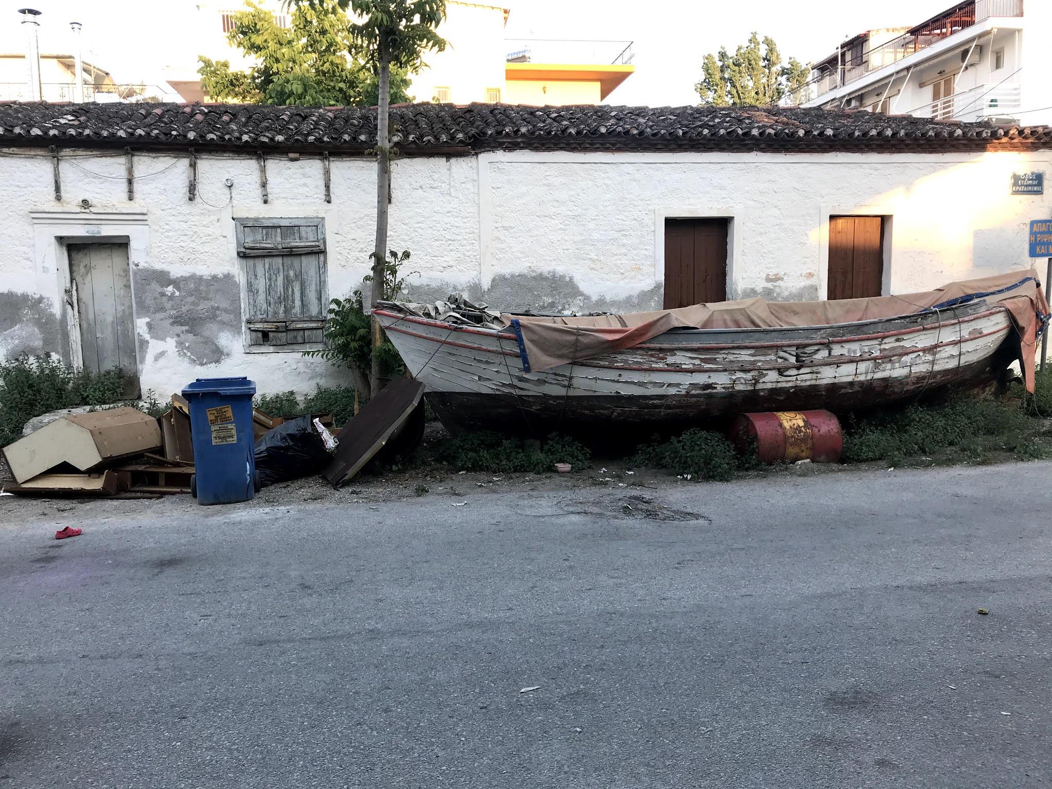 Μία βάρκα την άφησαν στα σκουπίδια. Δίπλα σε έναν μπλε κάδο, σπασμένα έπιπλα και βαρέλια