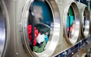 Αν θες τα ρούχα σου να μυρίζουν πάντα όμορφα, τότε σταμάτα να κάνεις αυτό το λάθος στο πλύσιμό τους!