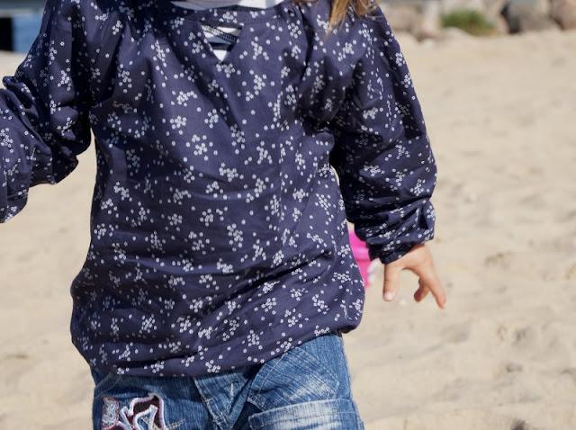 Maritime Lieblingsstücke: Kindermode von piapaul (mit Rabattcode und Verlosung) Kinder Mädchen Bluse Blümchen Mädchenbluse geblümt blau weiß Blumen Muster langarm Knopf
