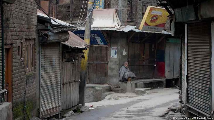 Os pobres, como estes da Cachemira, Índia, são os que mais sofrem com a sucessão de lockdowns