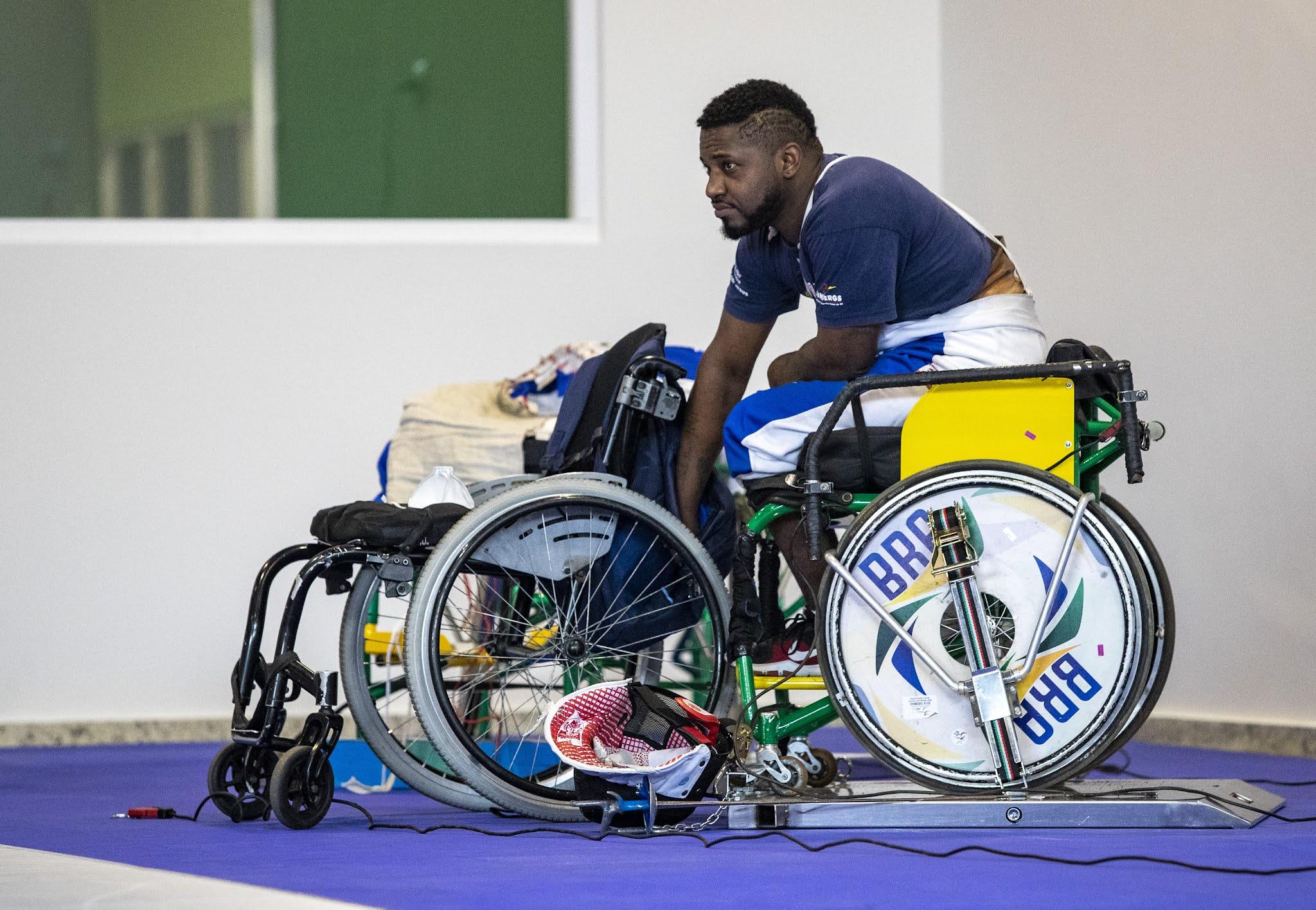 Vanderson, na cadeira de rodas, descansa durante o treino