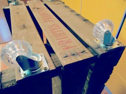 Pasos para hacer una estantería con cajas de madera con ruedas