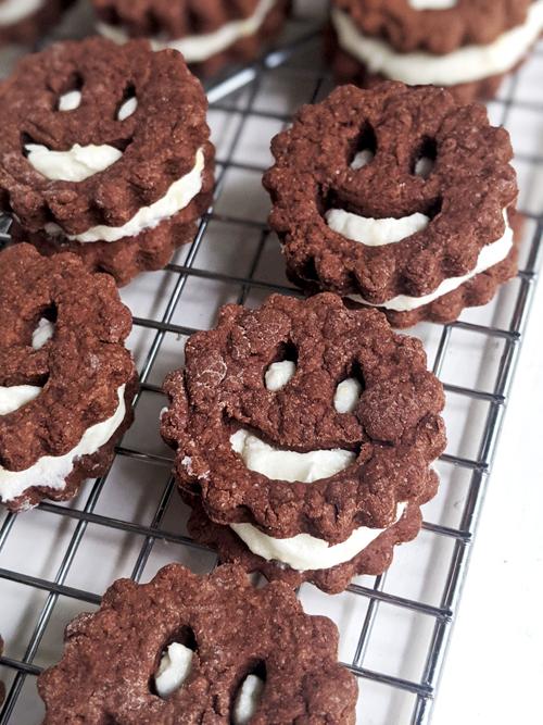 Negritos: galletitas de chocolate rellenas con crema de limón