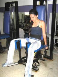 Rutina mujeres gym aductor en máquina