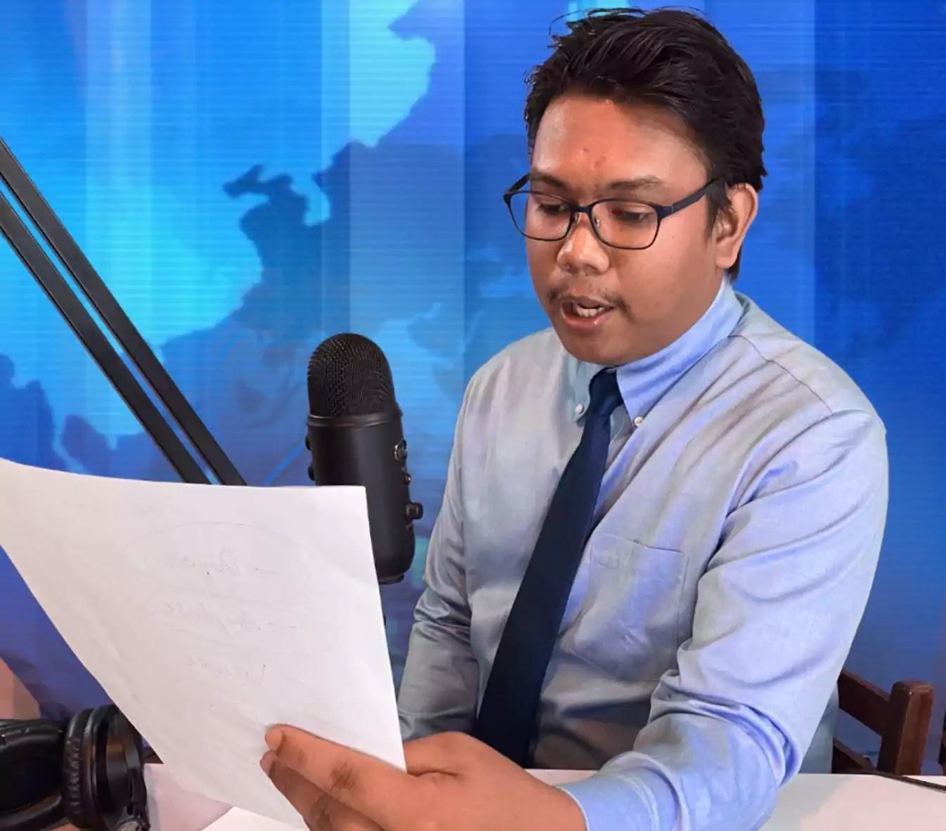 Kuya Nash reading the headlines on Flash Patrol