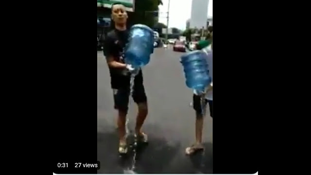 Boikot Produk Prancis, Warga Buang Aqua di Tengah Jalan