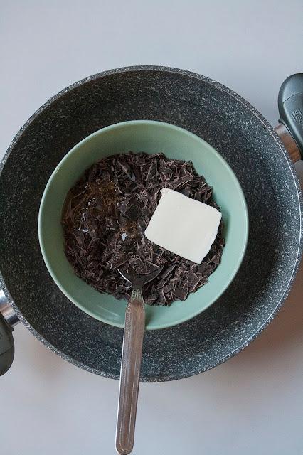 Rose del deserto al cioccolato, i dolcetti con corn flakes senza cottura step 3