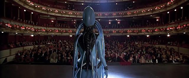 Maïwenn (doublée par Inva Mula) dans Le Cinquième Élément de Luc Besson (2001)