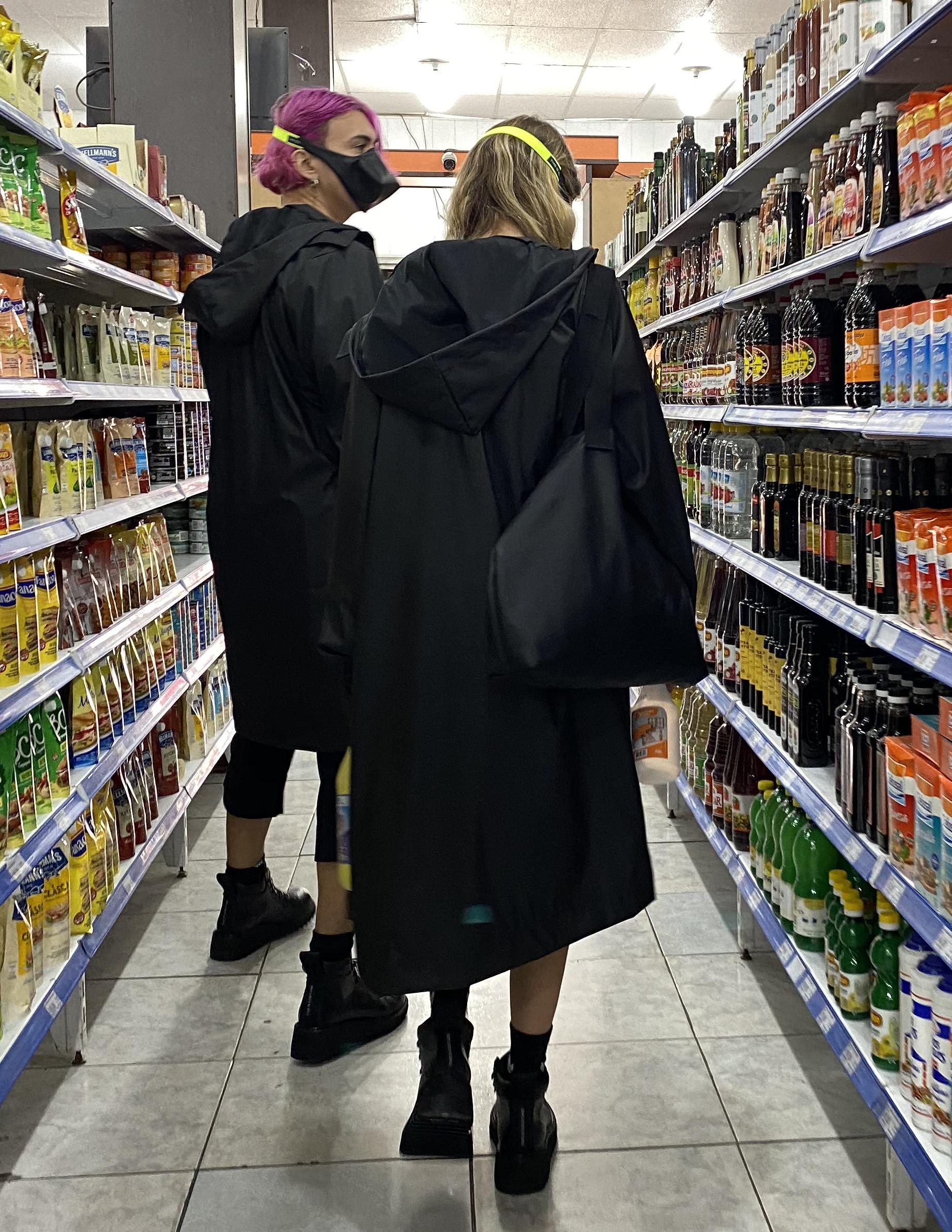 """En la foto la propuesta del """"Chino kit"""" -tapado impermeable, pantalón y polera negros- pensando para ir a comprar al negocio del barrio"""