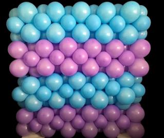Bunte blickdichte Wand aus Luftballons.