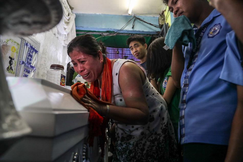 Lorenza Delos Santos, mother of Kian Delos Santos cries for justice. Photo Credit: ABS-CBN News