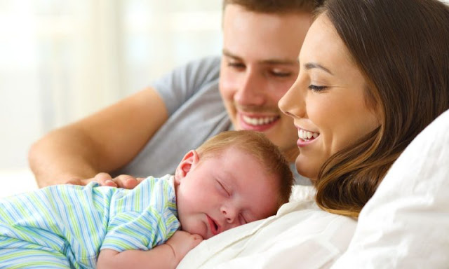"""لماذا ينطق الطفل كلمة """"بابا"""" قبل كلمة ماما .؟"""
