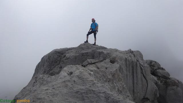 En la cumbre del Poyón entre la niebla
