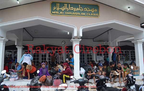korban banjir di cilodeg mengungsi ke masjid