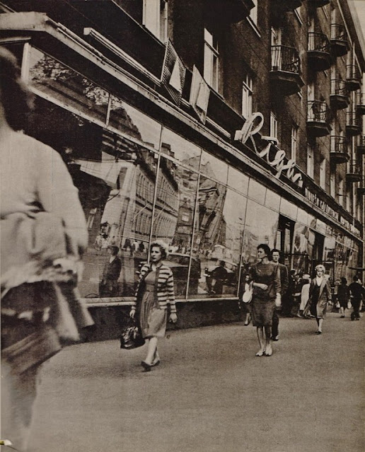 """1960-е годы. Рига. Город в витринах (фото из альбома """"Padomju Latvija"""", изд-во """"Liesma"""", 1970 год)"""