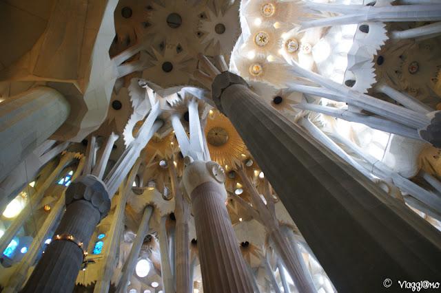 Alte colonne e soffitto della Sagrada Familia