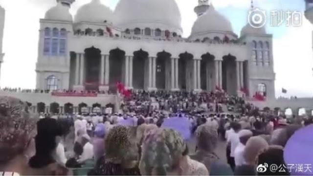 Masjid Besar di Cina Hendak Dirubuhkan, Jemaah Menghadang Aparat