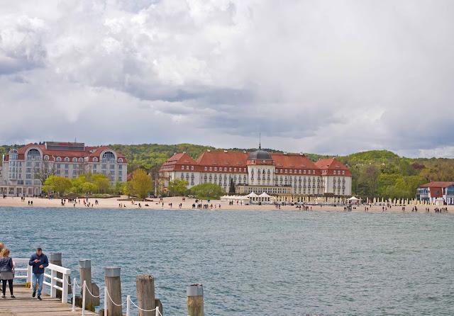 Grand Hotel w Sopocie widok z mola na plaże i okolice