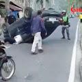 Tabrak Pickup Terparkir, Sedan Terbalik di Jalan Brigjen Katamso