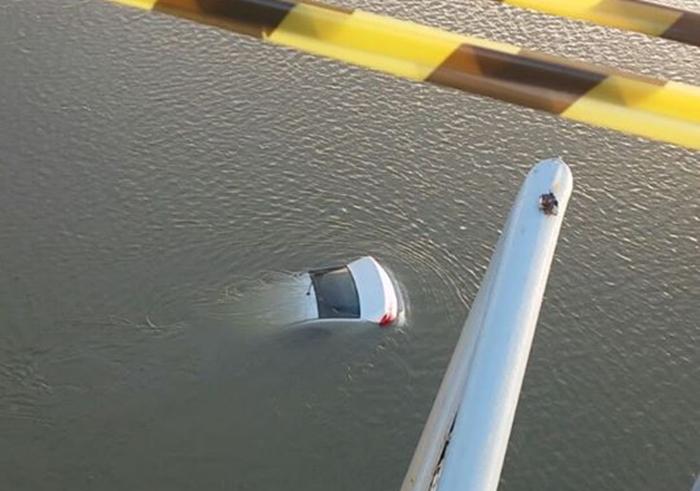 Carro cai da ponte do Riomar e fica submerso no Rio Sergipe