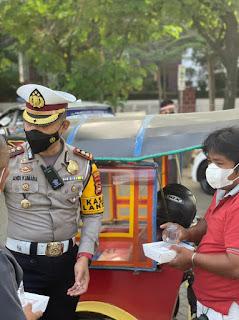 Satlantas Polrestabes Makassar Peringati HUT RI ke-76, Dengan Berbagi Bingkisan Dan Pita Merah Putih