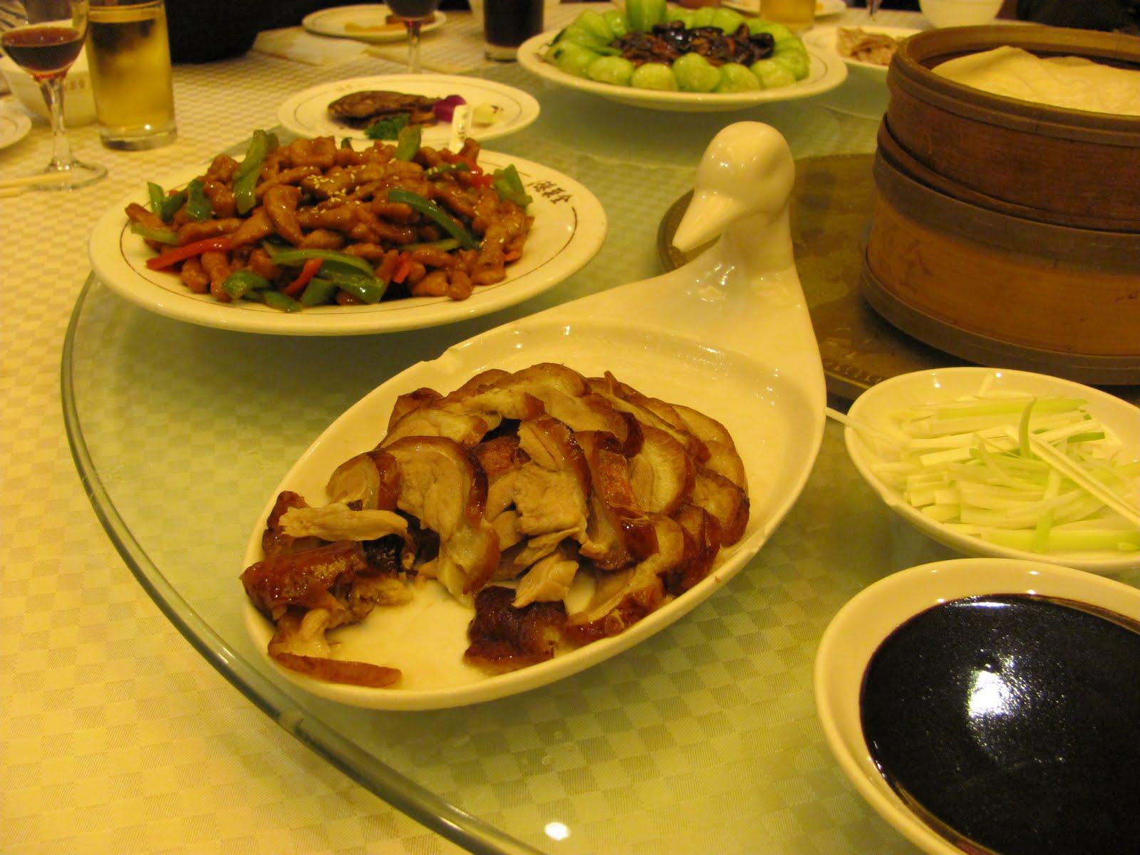 Típica mesa redonda de jantar chinesa, ao redor da qual as pessoas se reunem no jantar de ano novo