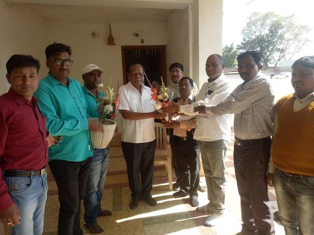 """""""जीत""""की बधाई देने संयुक्त शिक्षाकर्मी संघ ने की रामपुकार सिंह से मुलाकात।"""